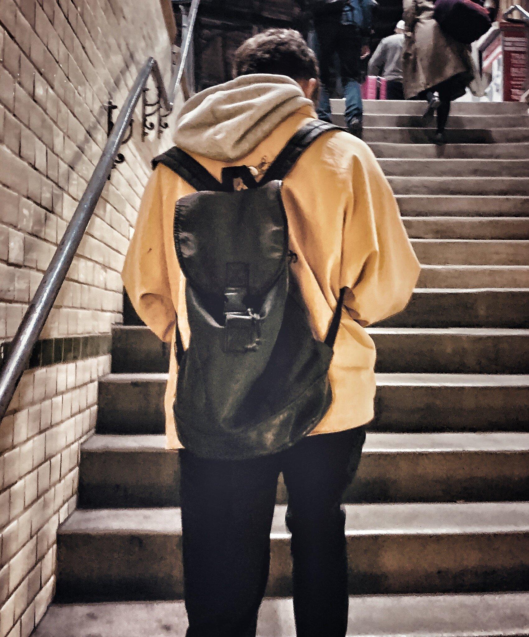 Mężczyzna w żółtej kurtce i bezdomny – dwie historie o życzliwości